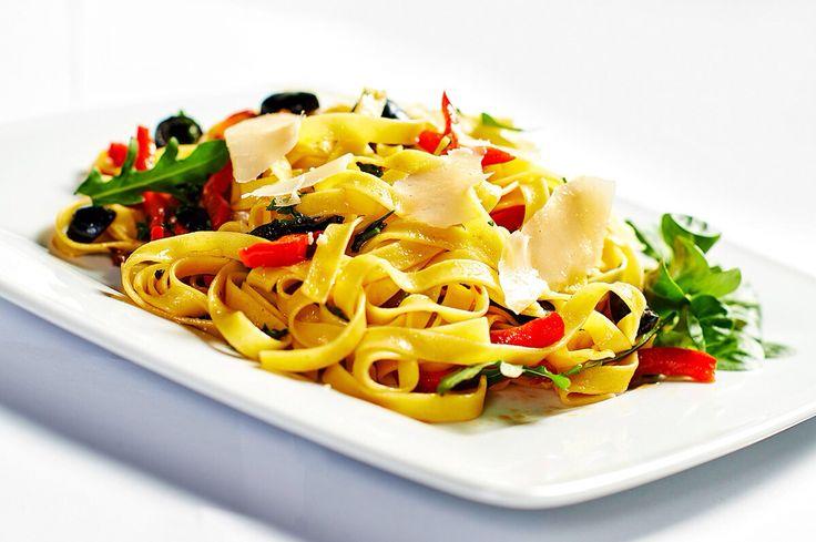 Máte chuť na dobré těstoviny? Zkuste italskou kuchyni a tagliatelle s česnekem, paprikou  a olivami, posypané hoblinkami parmazánu v restauraci ORO v Pytloun City Boutique Hotelu**** Liberec. #pytloun #liberec #restaurant #food #vegetable #ororestaurant #timeforlunch paprika #parmasan #olives #delicious #pasta #tagliatelle #italiancuisine