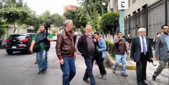 Miembros de la CNTE esperan a sus compañeros en Segob