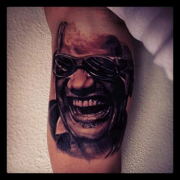 tatouiage tattoo portrait de ray charles par Piero de la cour des miracles à toulouse