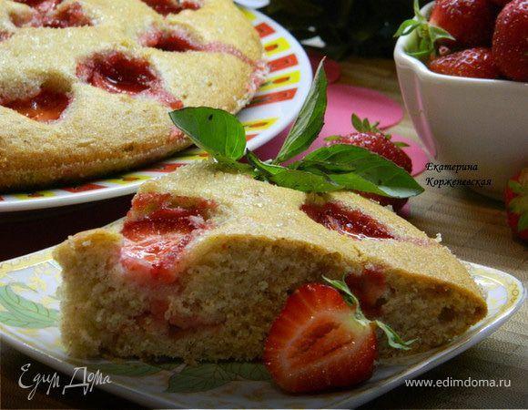 Клубнично-коричный пирог Воздушный, нежный и ароматный пирог! При этом готовится очень легко и быстро! Приятного чаепития! #едимдома #рецепт #готовимдома #кулинария #домашняяеда #пирог #клубника #корица #выпечка #кчаю