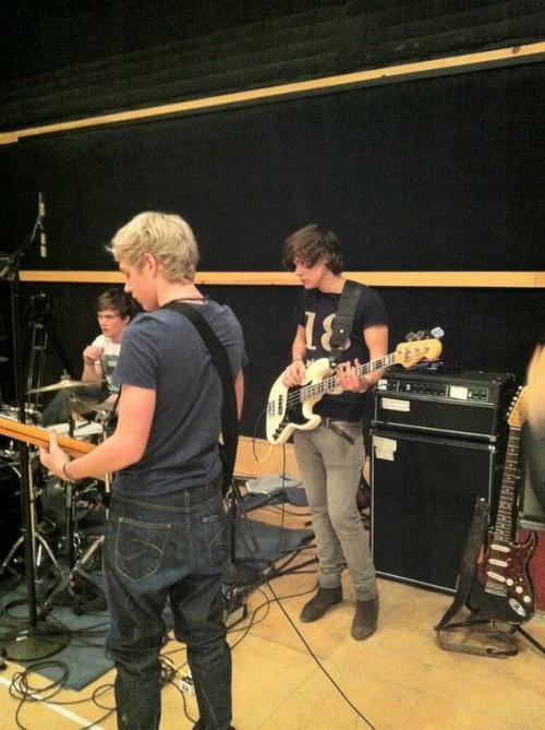 One Direction latihan band di studio