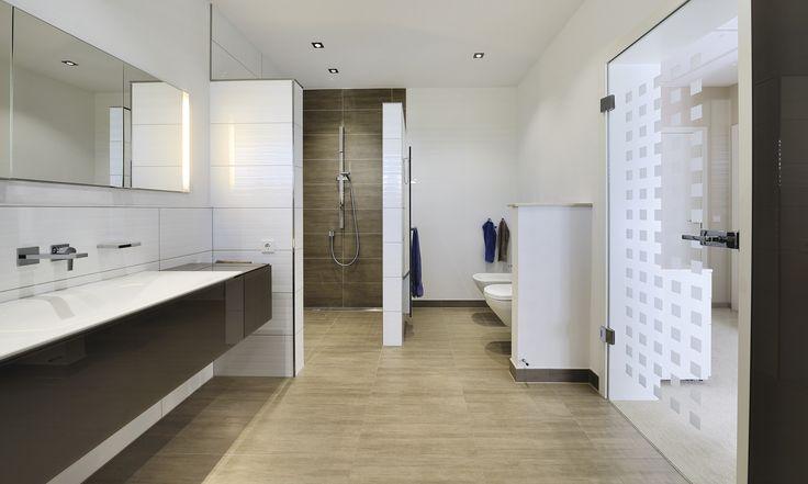 freibegehbare Dusche im großen Badezimmer