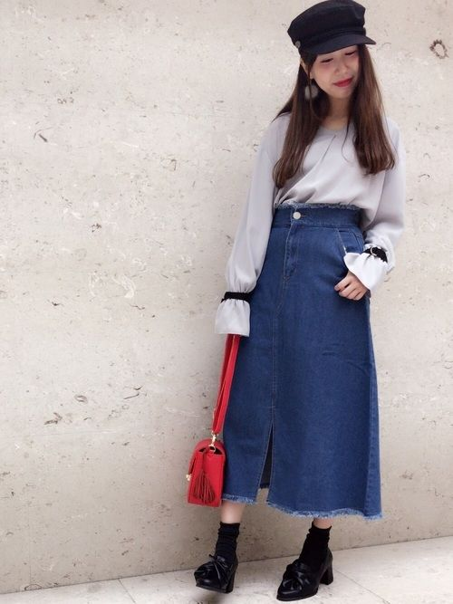 カジュアルなデニムのミモレ丈スカート 切りっぱなしフリンジが 今年のトレンド✨✨ フェミニンなブラウ