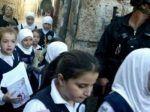 Israel ancam akan robek buku siswa sekolah yang bersampul bendera Palestina  YERUSALEM (Arrahmah.com)  Polisi Israel telah melarang 160 siswa sekolah menengah Palestina untuk masuk Sekolah Syariah di Masjid Al-Aqsa pada Kamis (24/8/2017) dengan dalih bahwa buku sekolah mereka didasarkan pada kurikulum Palestina Quds Press melaporkan.  Polisi telah melarang mengajarkan buku sekolah tersebut di tempat itu dua hari yang lalu.  Raed Dana Direktur Dakwah dan Bimbingan di Masjid Al-Aqsamengatakan…