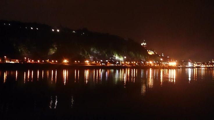 On a beau habiter Québec, c'est impossible d'être blasé face à un tel spectacle. Vu du fleuve, le Cap Diamant et ses lumières... juste wow. #aml #undimancheaparis