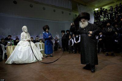 Judíos Jasídicos- corriente ortodoxa y mística dentro del judaísmo. Las novias, el día de la boda, usan grandes vestidos  blancos y cubren su rostro con un velo. El novio en cambio usa un gran sombrero, con su traje típico.