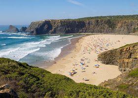A praia de Odeceixe divide-se em duas zonas – a praia fluvial e a de mar –, pois a ribeira de Seixe desagua na praia, no meio do areal, mar...