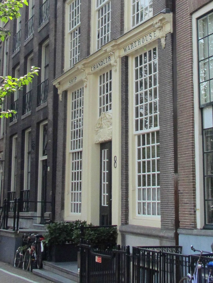 The monumental house Het Tabaksvat (The Tobacco Barrel) is originally a merchant house. The facade is from c. 1775 - Geldersekade 8, Amsterdam