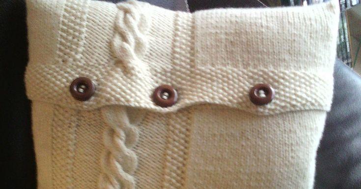 Coussin  tricot en point jersey point de riz et torsade, avec fermeture boutonnière