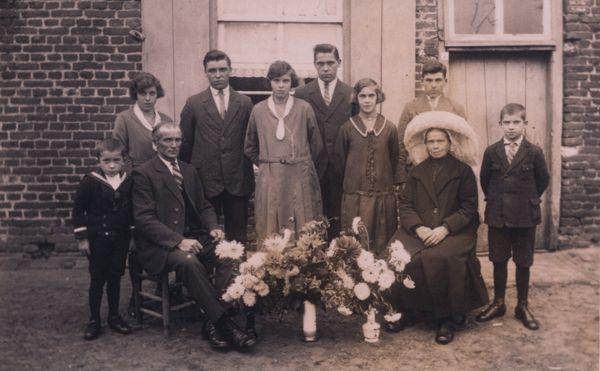 Fam. van Eijk-Beijers omstreeks 1930 te Ommel. op de foto vlnr. Marinus (1925), Nel (1916), vader Frans van Eijk (1878-1972), Jan (1910), Wilhelmina (1912), Graard (1911), Hanneke (1918), moeder Helena Beijers (1882-1957), Willem (1915), en Piet (1921).