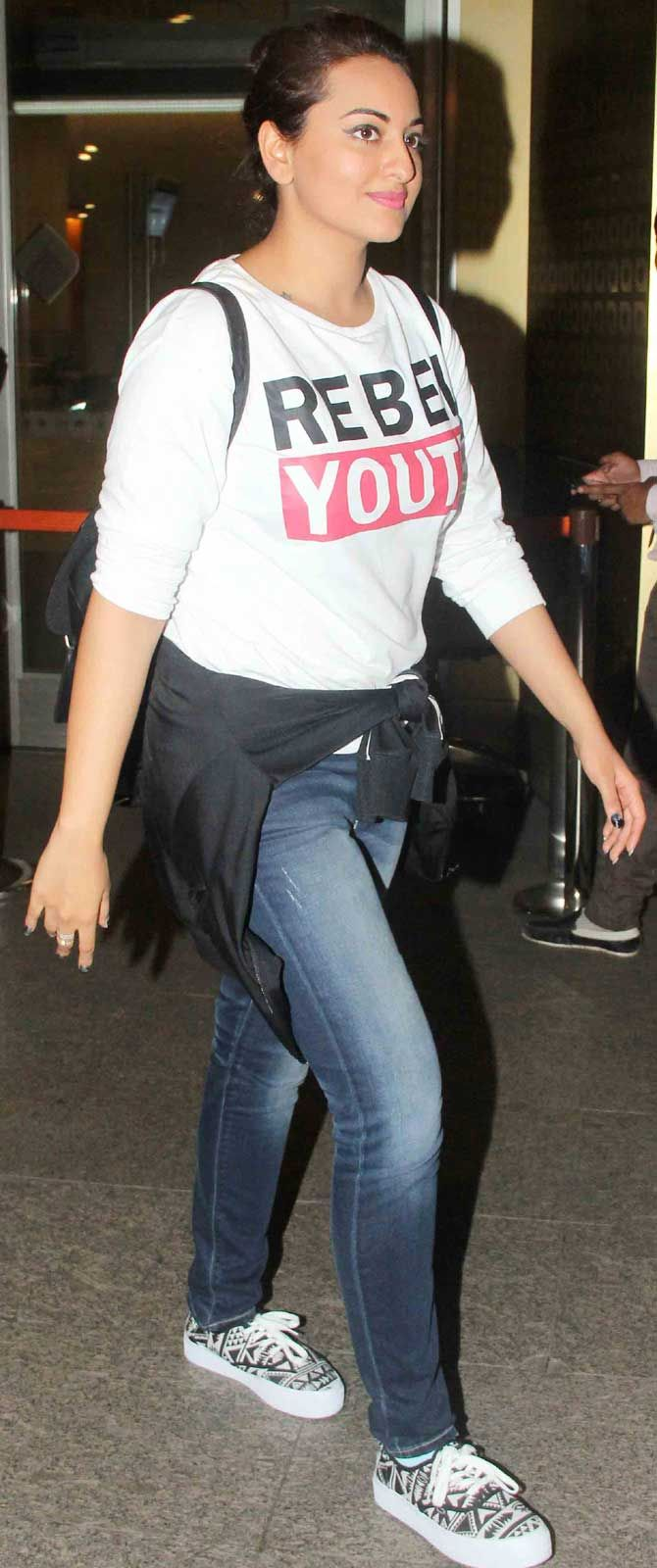 Sonakshi Sinha spotted at Mumbai airport while returning from #IIFAAwards2015 held in Malaysia. #Bollywood #Fashion #Style #Beauty