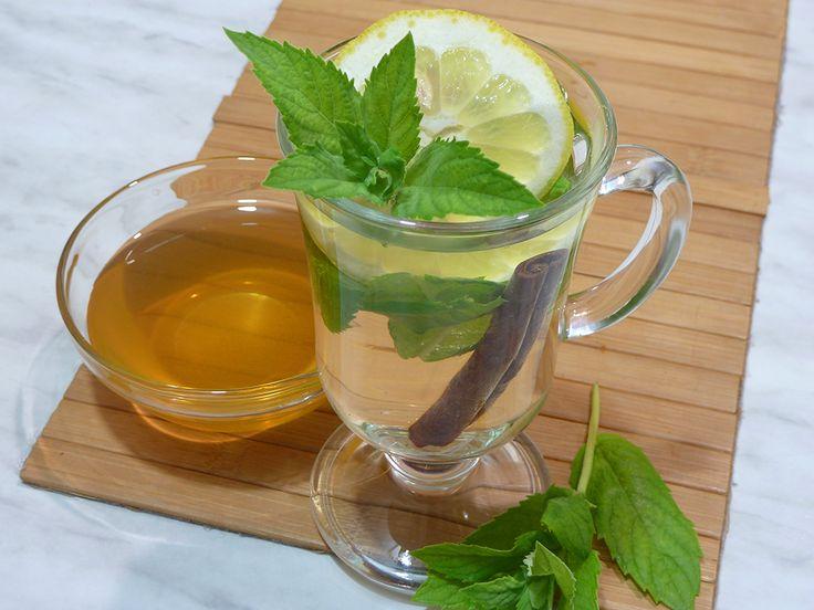Хочу угостить вас чашечкой очень вкусного мятного чая. Его называют марокканским. В его составе мята, корица, лайм, мед, бадьян или анис. Для меня этот мятный чай ассоциируется с отдыхом, расслаблением и вкусовым удовольствием :). В чашку положить листья мяты (с 1-2 веточек), палочку корицы, 1/4 лайма или 1-2 дольки лимона, половину звездочки бадьяна или 1/4 ч. л. семян аниса. Когда я впервые попробовала этот чай, мед был тоже добавлен сразу в чашку. Но так как мед не любит высокой…