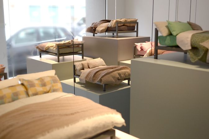 Striking and particularly romantic is the exposition by Society, in the occasion of the Milan Design Week, at the showroom in 1 Palermo Street (Milan) in the heart of Brera. Tens of tiny beds dressed up with colored and patterned sheets signed by Society draw the attention of the most curious eyes. Each art piece has hand lents placed to stress the textile's details.
