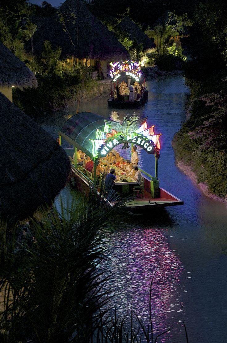 Xochimilco en México - Las trajineras flotando de noche los canales y las chinampas.  Música, cena y hermosa luz nos acompañan. What is a trajinera? It is your ride to an authentic Mexican party.