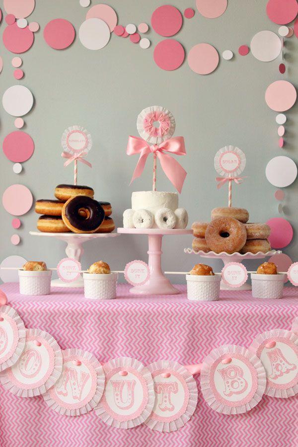 Mesa dulce a base de donuts. Decoración de bautizo en color rosa. Haz una guirnalda con platos para adornar el mantel. #bautismo #mesadebautizo #mesadulce