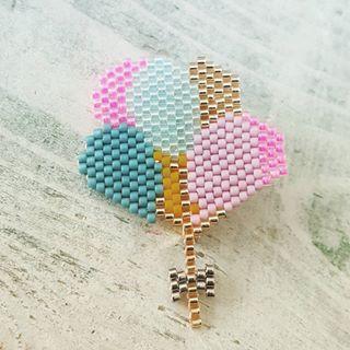 Envolée de ballons #motifrosemoustache #brickstitch #jetissedesmiyuki…