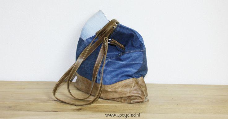 Oude jeans en hergebruikt leer, samen een nieuwe tas. Upcycled jeans and reused leather, now together as a bag.
