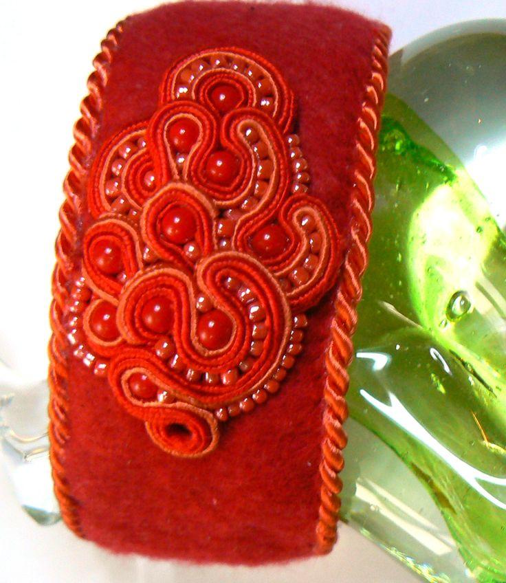 Bransoleta z motywem z haftu sutasz