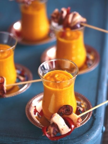 Gazpacho van geroosterde gele paprika en wortel. Recept op elleeten.nl | ELLE Eten