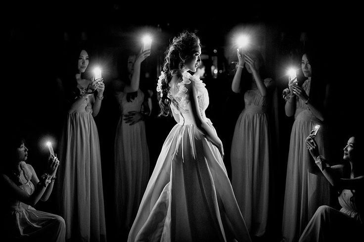 Love this Bridal party portrait idea using cell phones to illuminate the bride. Wonderful image by Zhang Ainiu. – #Ainiu #Bridal #bride #cell #idea