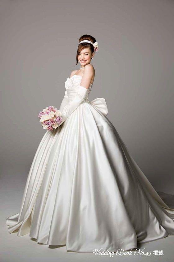 たっぷりのドレープ感が美しいサテンのウェディングドレス ML2527