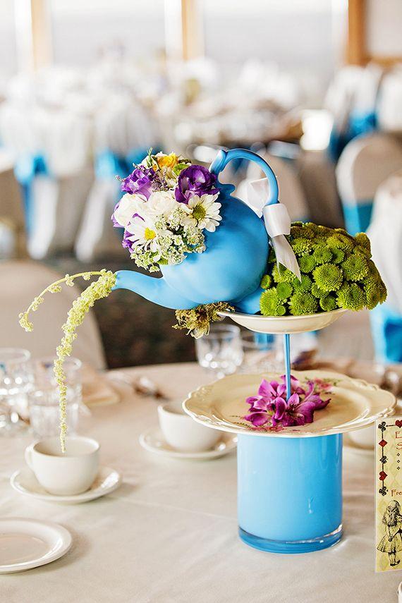 Pour un mariage digne du Pays des merveilles, on vous conseille ce centre de table théière fleuri ultra mignon.