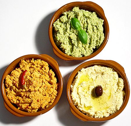 Hummus är gott både som pålägg på frukostmackan och som tillbehör, dressing, sås eller dip. Blötlägg kikärterna dagen före och koka en stor sats som du ger olika smaksättningar. En påse på 500 g torkade kikärter ger 18 dl kokta. Hummus håller ca 4 dagar i kylskåp och går även utmärkt att frysa in.