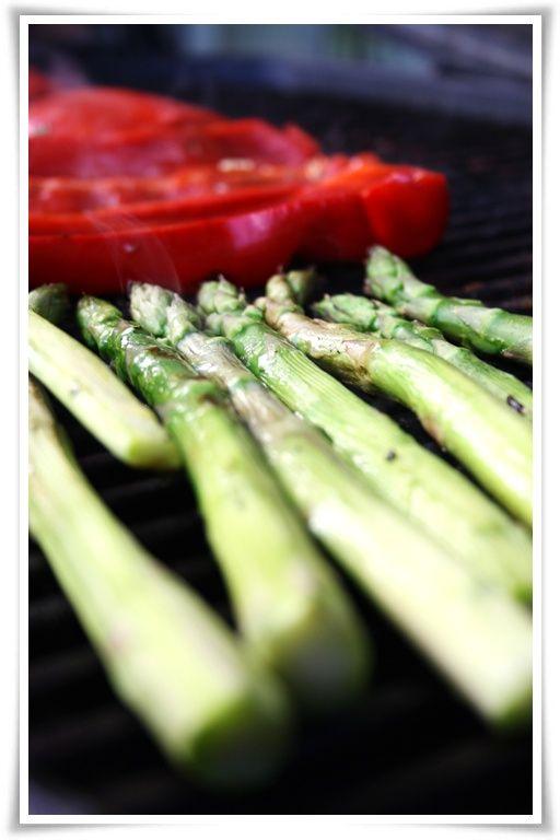 For mange er tilbehøret til grillmaten nesten noe av det viktigste. Enig!, svarer jeg. Grillet mais, kremet potetsalat og den grønne salate...