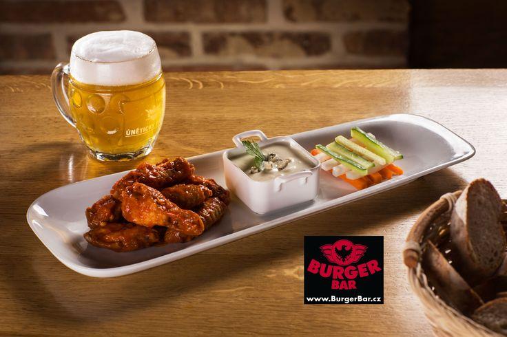 Buffalo chicken wings with spicy fries fresh vegetables and blue cheese sauce * You can choose from two levels of hotness . / Buffalo pikantní kuřecí křidélka s hranolky čerstvé zeleniny a omáčkou z modrého sýra *Můžete vybírat ze dvou stupňů pálivosti.