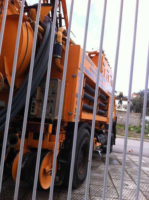 Το όχημα μας έφτασε στον χώρο στον οποίον πρέπει να γίνει η απόφραξη του φρεατίου - http://apofraktiko.gr/apofraxis/apofraxi-freatiou