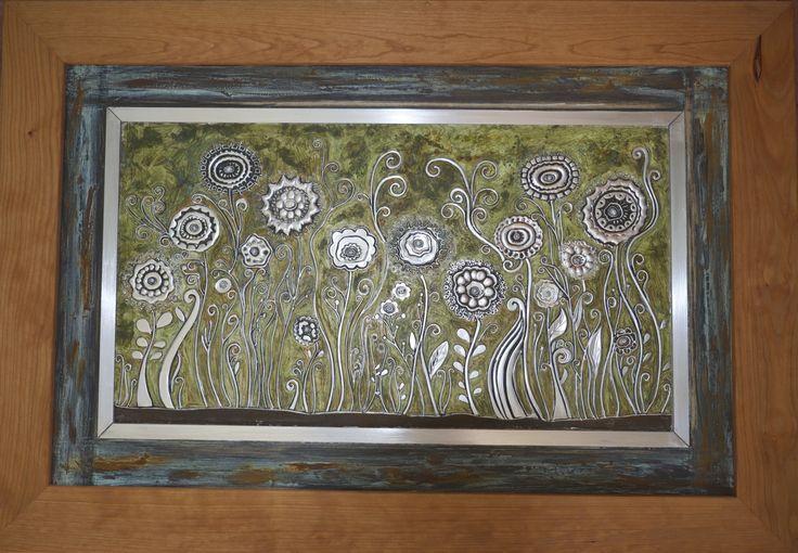 flores en el pasto repujado en aluminio, pintado con patina
