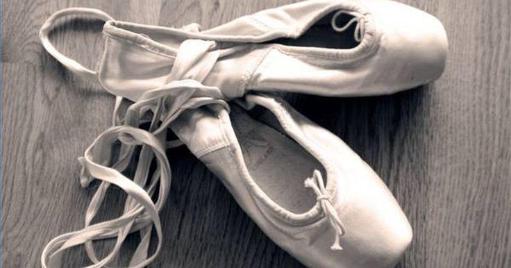 """Acerca da Barra de Ballet. Uma barra de ballet é um varão para apoiar as mãos e os pés durante os aquecimentos de ballet. O termo """"barra"""" pode se referir ao instrumento em si, mas os exercícios efetuados na barra de ballet também podem se chamados de """"barra"""". A barra de ballet como instrumento fica geralmente à altura da cintura, montada na parede ou numa base independente. ..."""