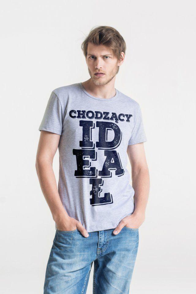 Męski t-shirt GAU o klasycznym kroju.   Zaprojektowany i uszyty w Polsce z wysokiej jakości miękkiej bawełny.   Grafika wydrukowana przy wykorzystaniu certyfikowanych nietoksycznych tuszy wodnych.  Skład: 90% miękka bawełna, 10% poliester.  Model ma na sobie rozmiar M.
