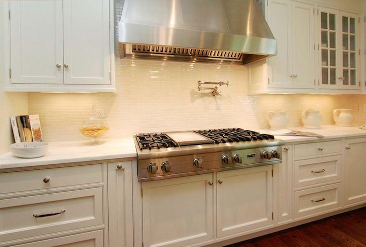 Weiße Küche Backsplash, Dunstabzugshauben, U Bahn Fliesen Fliesenspiegel,  Glasfront Schränke, Französische Küchen, Weiße Küchen, Marmor  Arbeitsplatten, ...