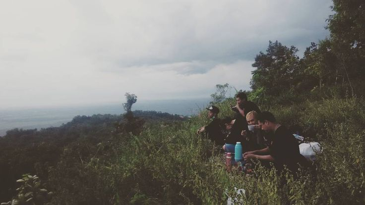 menikmati kopi sambil menunggu sunset.. nikmat mana yang kau dustakan?? puncak kayangan gua jepang  #jelajahbantul #minggonblusukan6 #bantul #bantulprojotamansari #cloud #sky #koncokentel #coffee #coffeeaddict by Jelajah Bantul