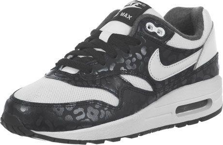 Natuurlijk hebben we al veel Air Max 1 Print Sneakers gezien, maar daarvan was er geen een zo vet als deze GS versie! Nike heeft de klassieker een witte upper van mesh gegeven en zwart leren overlays met trendy, discreete luipaard details. Daarbij komt een witte swoosh en een grijs gemeleerde Jersey-voering. En het beste van alles: het gaat om een youth model - De sneaker komt in een lagere prijs, maar met de standaard kwaliteit! - youth model - gewatteerde schacht- dempende Nike Air zool…