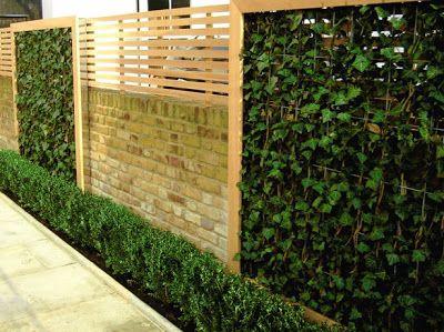 barda de madera con paneles verdes de hiedra