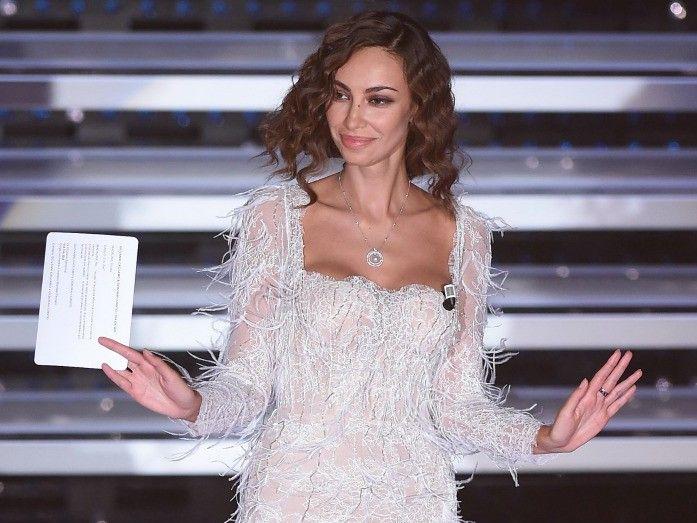 A Sanremo 2016 va in scena la quarta serata del festival: protagonista sul palco dell'Ariston, oltre alla musica, gli abiti dei conduttori e dei cantanti