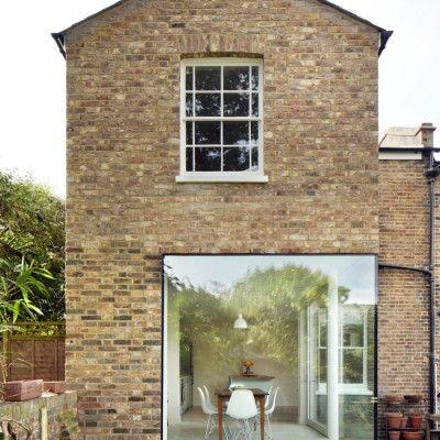 Le studio d'architecture londonien Cousins & Cousins est à l'origine de cette extension réalisée sur une maison victorienne d'East London.  Pour réaliser ce nouveau volume qui abrite une salle à manger au rez-de-chaussée et une chambre au premier étage, ils ont utilisé des vieux matériaux comme la brique et des fenêtres récupérées sur une maison détruite. Le pur style victorien est tranché par un cube vitré très contemporain qui ouvre l'extension vers l'extérieur.