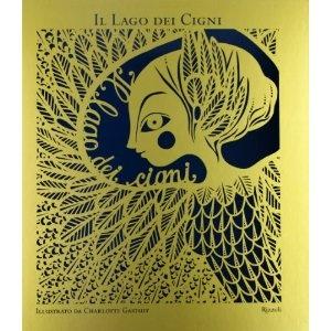 """Liberamente tratto dal libretto del balletto di Ciaikovskij, """"Il lago dei cigni"""" è un libro con immagini eleganti in oro e blu, su cui sono poggiate  creando un effetto tridimensionale silhouette in cartoncino blu o bianco, ritagliate come trine preziose. Sfogliando le pagine sembra di entrare in quinte teatrali. La storia, quella di un principe innamorato di una principessa trasformata in cigno da un mago malvagio, non si conclude come il balletto, ma ci sorprende con un finale lieto..."""