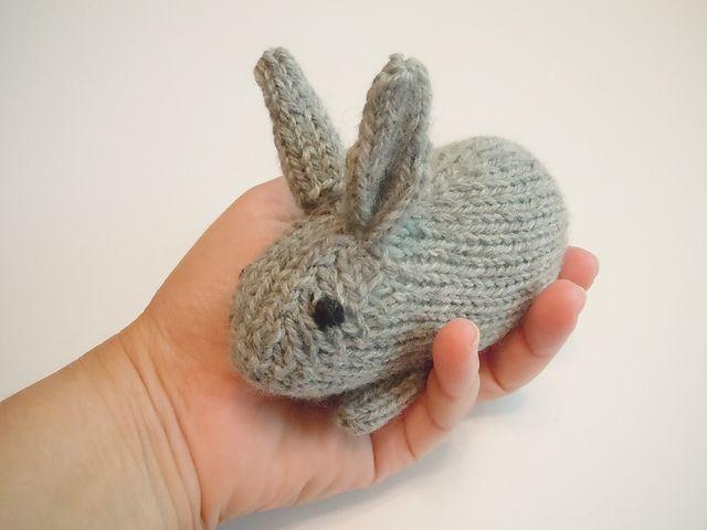 Henrys kanin. Sød, lille kanin, som de små vil elske at have mange af. Den er utroligt hurtig at strikke. Der bruges venderækker til den. Alle typer garn, pinde 3½.