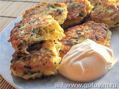 Из молодых кабачков можно приготовить оригинальные оладьи, если кроме зелени, яиц и муки добавить творог.  Оладьи получаются с золотистой корочкой, и особенно хороши горячими с домашней сметаной.