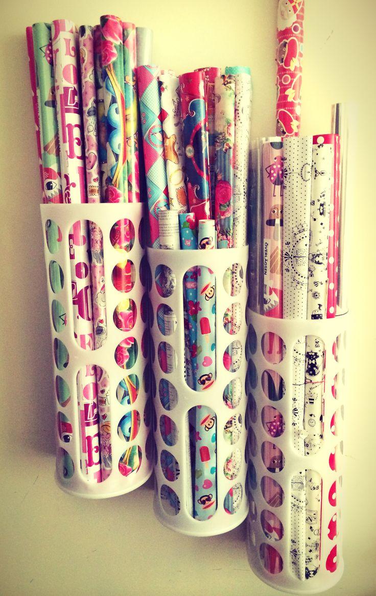 Organizing gift wrap - IKEA plastic bag holder - organiseer je cadeaupapier netjes en overzichtelijk bij elkaar dmv de Ikea plastic tassen houders :) erg handig voor bijv. in de voorraadkast...