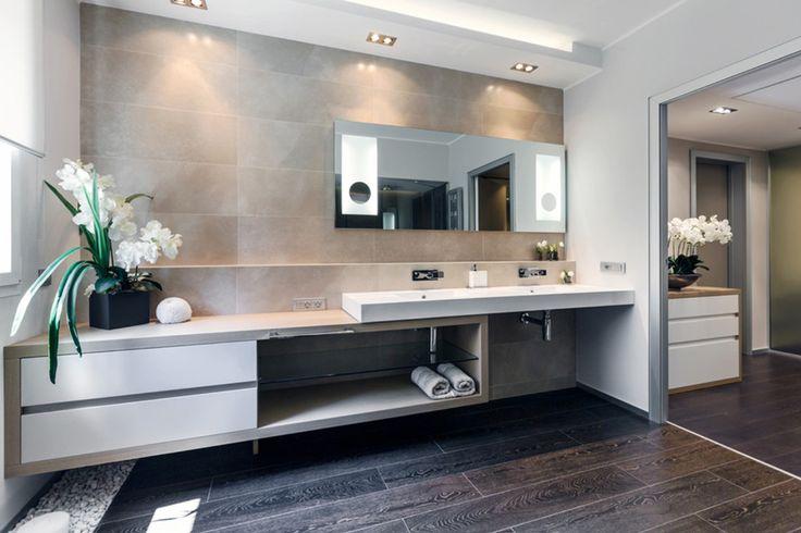 Bagno moderno con pavimento in legno massello scuro e pareti grigie