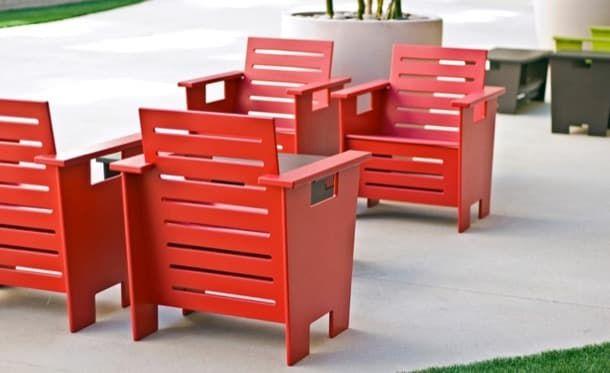 Muebles hechos con envases reciclados. La compañía LOLL Designs es la encargada de diseñar y producir estos muebles ecológicos de jardín. Están hechos con plástico del post-consumo al 100%. Cada mueble se compone de elementos recortados de láminas de HDPE (polietileno de alta densidad), que llevan aditivo de protección contra la radiación ultravioleta. Eso sí, vete preparando la billetera, porque son caros.  #Mueblesecológicos