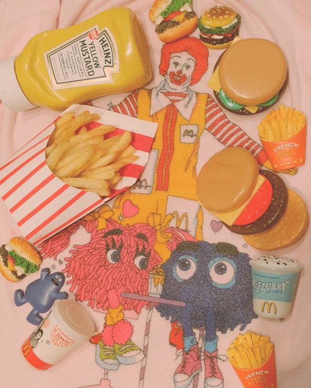 ♡potato time♡ かわいいポテトケースを買ったから揚げたてポテトフライを入れてみたよおうちでマクドナルドごっこができちゃうね~Ⓜ フライガイ&フライガールってなんでこんなにかわいいの~靴下にスニーカーはいちゃってオシャン #マクドナルド#mcdonalds #potato#フライドポテト#マクドナルドごっこ#おうちマック#magnet#マグネット#ハインツ#heinz #yellowmustard #ポテトケース#potatocase#vintageonepiece #フライガイ#フライガール#グリマス#ロナルド#ハッピーセット#happymeal