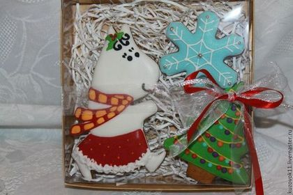 Купить или заказать Имбирные пряники 'Муми-тролли зимой' в интернет-магазине на Ярмарке Мастеров. Имбирные пряники в сахарной глазури-вкусный подарок на Новый год. К зиме мои любимцы Муми-тролли переоделись и подготовились к встрече Нового года.Можно заказывать отдельно,а можно составить набор. Стоимость за 1 шт. в пакетике с бантиком-250р.. Стоимость подарочного набора с елкой и снежинкой, лентой и бубенчиком -600р.( Стоимость указана за упаковку в коробочку 20х20- она чуть больше и ...
