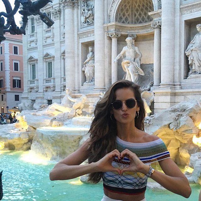 Fontana di Trevi .... I threw my coin to return to Rome and I've made my wish❤️ Fonte de Trevi... Joguei a moeda, assim posso voltar a Roma e fiz um pedido #rome #weekend #gateway #fontanaditrevi #makeawish #kisses