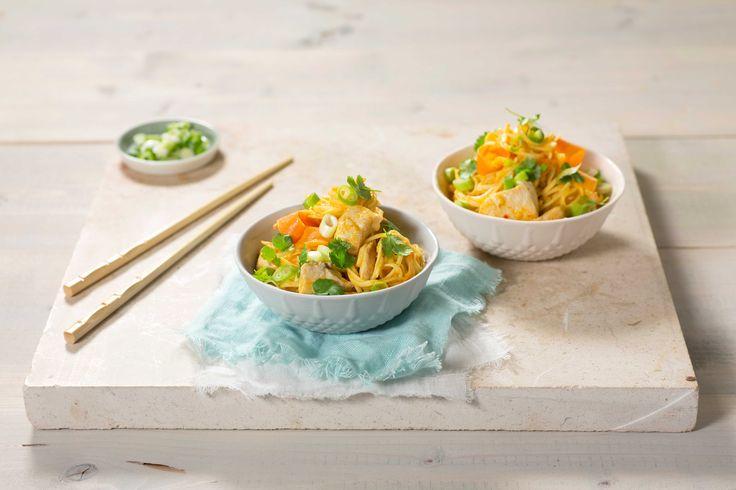 En enkel nudelrett der alt lages i en gryte. Appelsinjuice setter en ekstra smak på sausen, som tilsettes fløte for en kremet konsistens.
