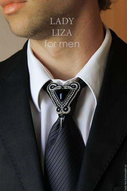 Купить или заказать Брошь для галстука Эдуард. Черный. Мужская брошь. Украшения для мужчин в интернет-магазине на Ярмарке Мастеров. Брошь для галстука. Модель Эдуард. Вариант Черный. В комплект к броши могут быть изготовлены запонки. Вы можете изменить цвет вышивки и цвет кристалла. Опишите свои пожелания в сообщении. Обсудим подробнее :) Не нашли в магазине того, что хотелось бы? Напишите мне об этом. Я всегда иду навстречу и расширяю ассортимент по желанию клиентов. Кстати, запонки в…
